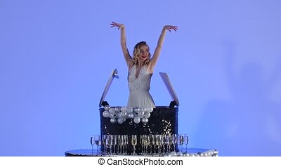 noir, constitué, poser, félicitations, merlin, blond, formulaire, mouvement, arrière-plan., émerge, haut., monroe, lent, bleu leger, birthday., jeune, fin, charmer, studio, cake., femme, fête, fête