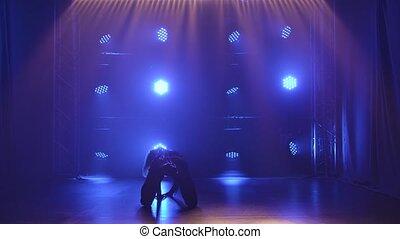 noir, spotlights., en mouvement, blond, sensuelles, danse, sexy, lent, bas, danse, arrière-plan bleu, plastic., femme, silhouette, motion., bande