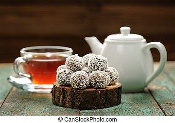 noix coco, cuire vapeur, thé, vegan, bonbons, chaud, copeaux, noir, fait maison, servi