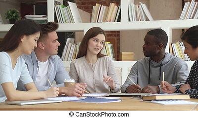 notes, étudiants, groupe, caucasien, multiethnic, jeune, confection, écoute, prof