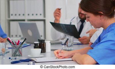notes, collègues, presse-papiers, quoique, prendre, infirmière, discuter, radiologue