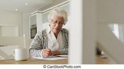 notes, femme, prendre, ordinateur portable, personne agee, américain africain, maison