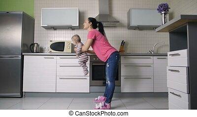 nourrisson, mère, jeune, oscillation, enfant, amusement, avoir