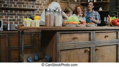 nourriture famille, cuisine, ensemble, enfants, parents, préparer, embrasser, vin, maison, boire, cuisine, repas, heureux