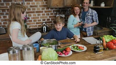 nourriture famille, cuisine, ensemble, portion, parents, préparant dîner, heureux, enfants, cuisine