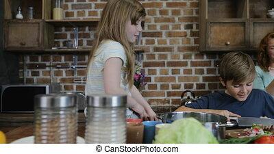nourriture famille, légumes, cuisine, ensemble, regarder, découpage, parents, maison, sourire heureux, enfants, cuisine