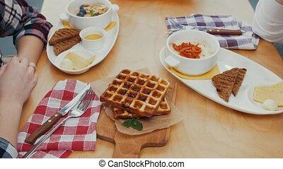 nourriture, -, table, déjeuner, couple, avoir, gaufres, autre