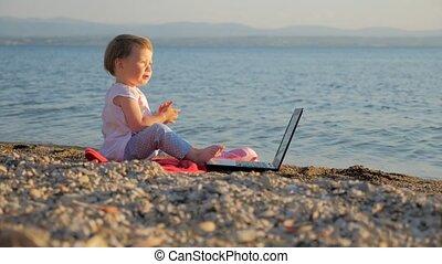 nouveau bébé, évolution, combiner, réussi, cahier, seashore., travail, créativité, gens, education., école, révolution, idée, séance, travailleur indépendant, girl, génération, vacation.