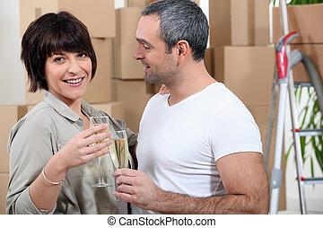nouveau, couple, appartement, en mouvement
