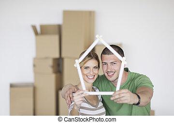 nouveau, couple, en mouvement, jeune, maison