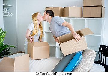 nouveau, couple, maison mouvement