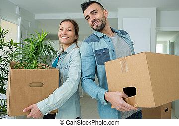 nouveau, en mouvement, appartement, couple heureux, jeune