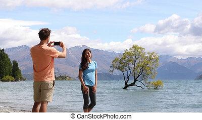 nouveau, solitaire, touristes, lac, images, zélande, prendre, téléphone, wanaka, arbre