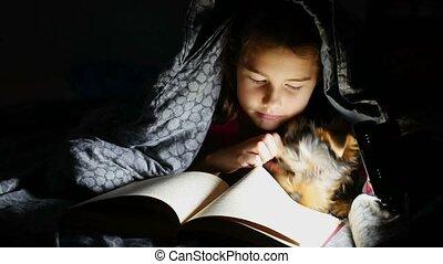 nuit, lampe électrique, adolescente, enfant, sous, couverture, lit, chien, lecture, mensonge, livre
