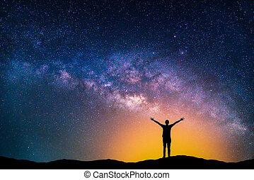 nuit, paysage, silhouette, heureux, manière, ciel, étoiles, laiteux, homme, mountain., galaxy.