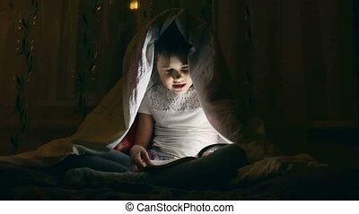 nuit, sous, lecture fille, livre, lampe électrique, couvertures