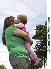 obèse, peu, doux, baisers, girl, enfantqui commence à marcher, mother.