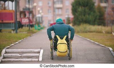obtenir, homme, handicapé, rampe, fauteuil roulant, sur, haut