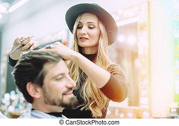 obtenir, styliste, essayer, cheveux, client, propre, elle, coupure
