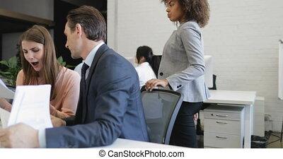 occupé, fonctionnement, business, séance, étude, bureau, moderne, informatique, analyser, hommes affaires, papiers, équipe, données, femmes affaires, gens, rapports