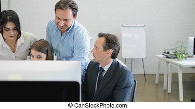 occupé, groupe, bureau affaires, gens, résultats, stratégie, rapport, fonctionnement, businesspeople, collègues, équipe, documents, analyser, discuter, centre