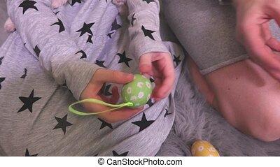 oeufs décoratifs, mains, petit, girl, paques