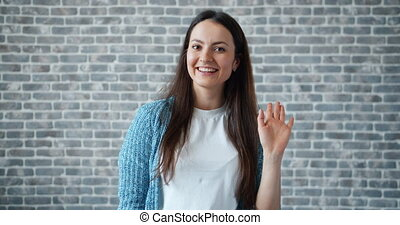 onduler, femme, main, regarder, appareil photo, friendy, portrait, face souriant, heureux