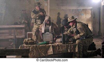 opération, soldats, ordinateur portable, militaire, discuter