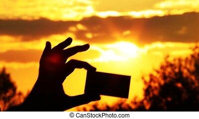 opposé, soleil, tient, main, personne, carte