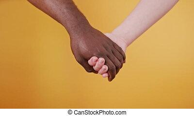 orange, haut, mains, isolé, tenir fermeture, ensemble, noir, blanc, arrière-plan.