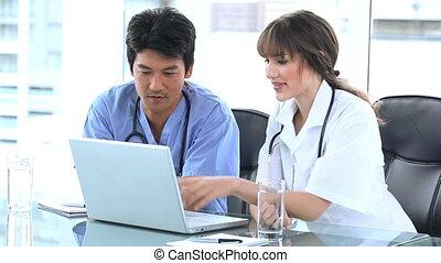 ordinateur portable, écran, docteur, collègue, pointage
