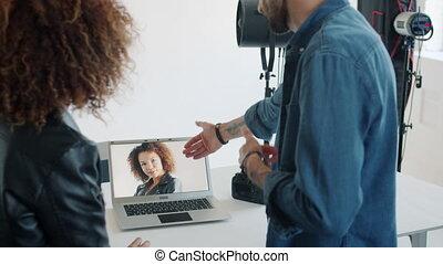 ordinateur portable, écran, regarder, modèle, nouveau, photos, regarder, studio photographe, conversation