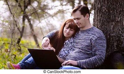 ordinateur portable, amants, musique écouter, embrasser