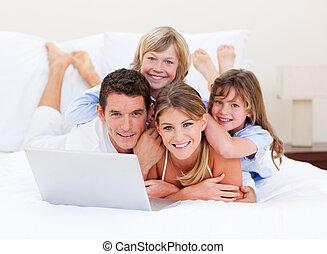 ordinateur portable, bas, regarder, sourire, mensonge, lit, famille