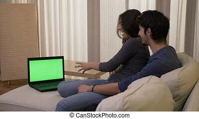 ordinateur portable, bon, film regardant, couple, vert, rire, temps, écran, maison, comédie, avoir, heureux