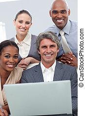 ordinateur portable, business, projection, groupe, ethnique, fonctionnement, gai, diversité