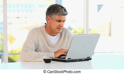 ordinateur portable, désinvolte, fonctionnement, milieu, homme, vieilli