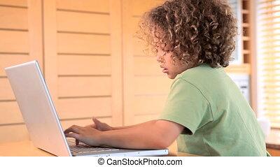 ordinateur portable, dactylographie, garçon
