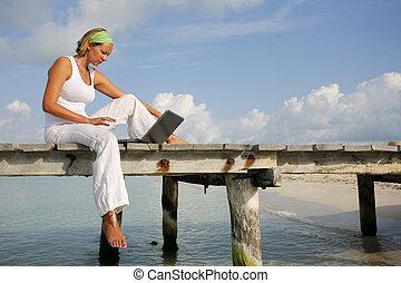 ordinateur portable, femme, jetée