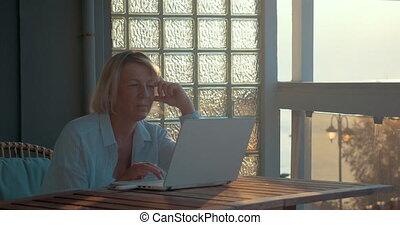 ordinateur portable, femme, mûrir, balcon