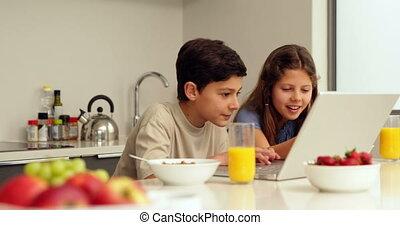ordinateur portable, frères soeurs, mignon, utilisation, petit déjeuner