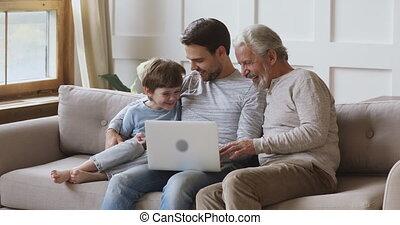 ordinateur portable, hommes, ensemble, amical, utilisation, multi, trois, famille, génération, âge
