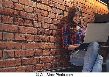 ordinateur portable, intérieur, fille souriante