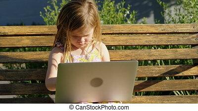 ordinateur portable, jardin, girl, utilisation, 4k