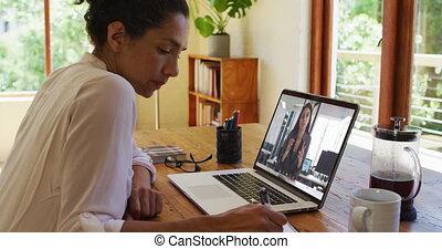 ordinateur portable, maison, appeler, quoique, femme, avoir, prise notes, américain, vidéo, africaine