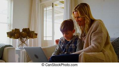 ordinateur portable, maison, confortable, vue, mère, utilisation, sofa, caucasien, 4k, fils, jeune