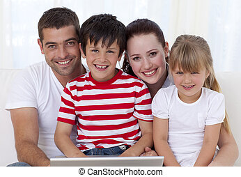 ordinateur portable, maison, utilisation, sourire, famille