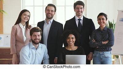 ordinateur portable, multiethnic, bureau, poser, sourire, professionnels, groupe