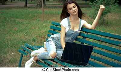 ordinateur portable, parc, jeune, séduisant, girl, ton