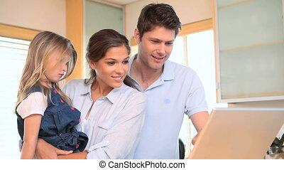 ordinateur portable, petite fille, parents, utilisation